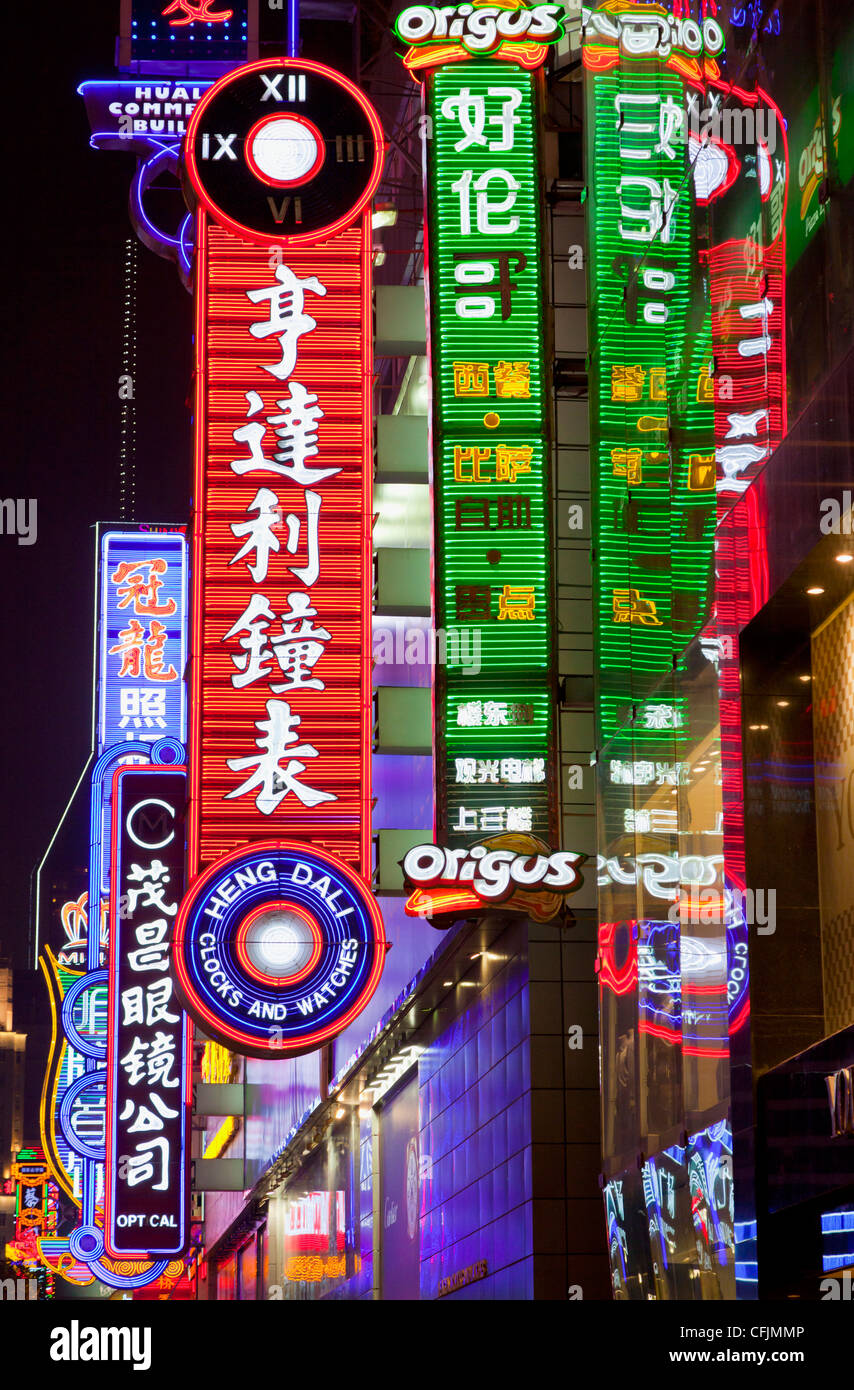 Enseignes au néon, zone commerçante de Nanjing Road, Shanghai, China, Asia Photo Stock