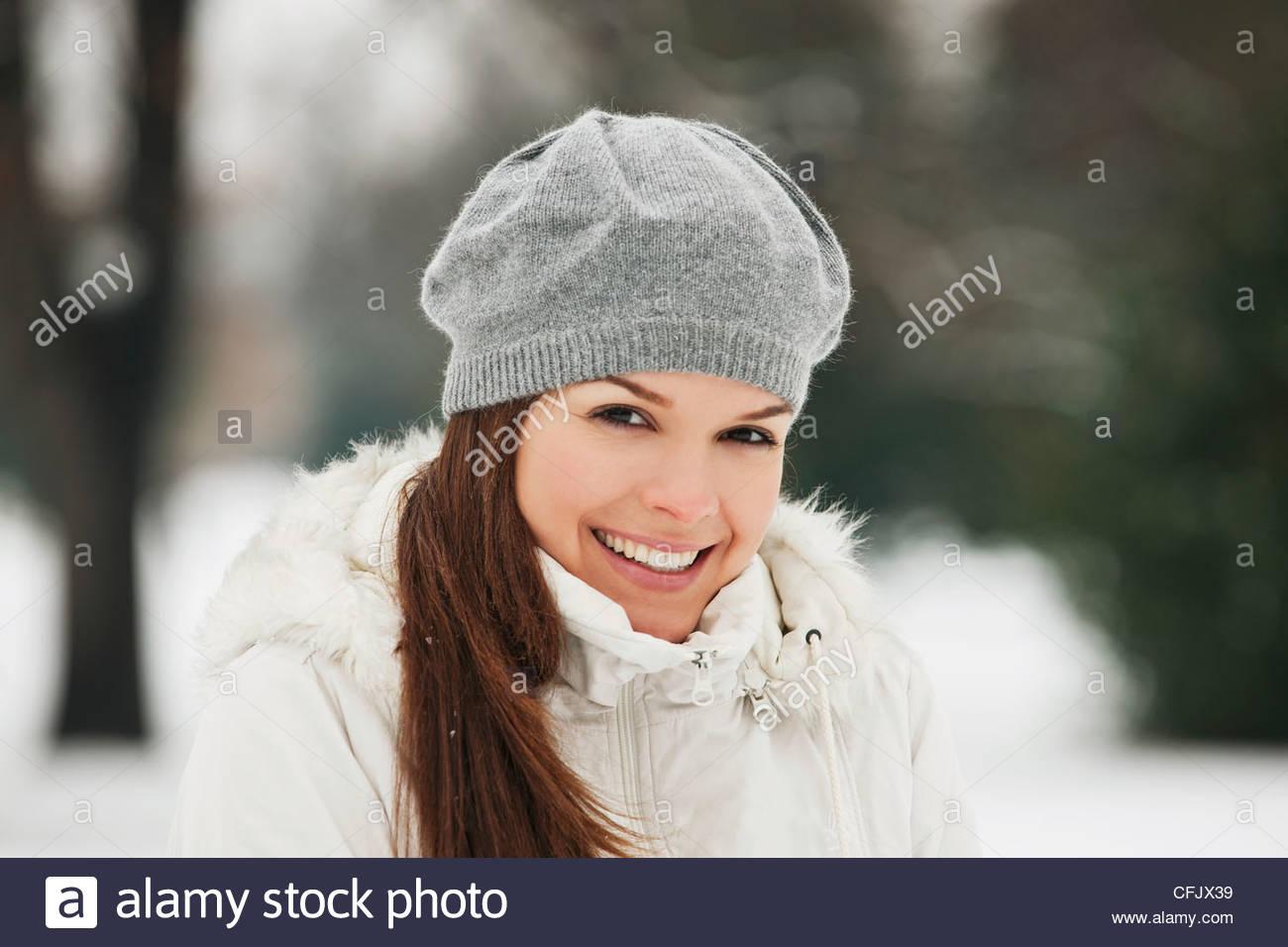Une jeune femme portant un béret en laine gris, smiling Banque D'Images
