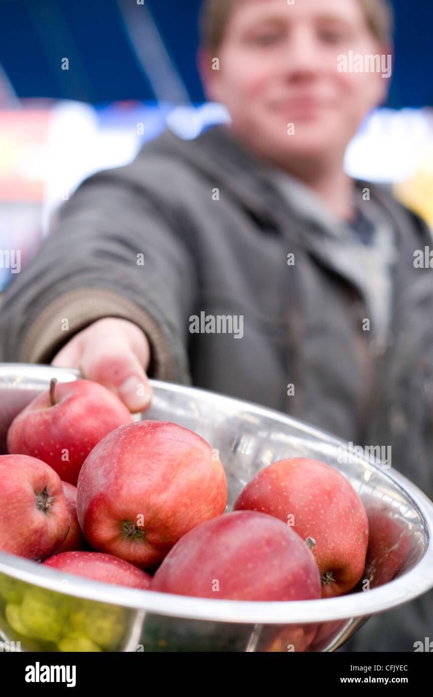 Vendeur apple Leicester Royaume-uni marché alimentaire Photo Stock
