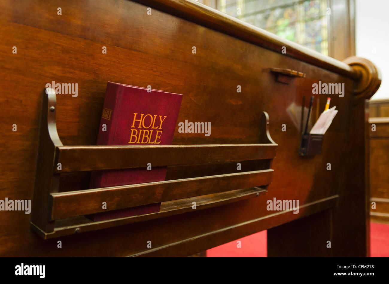 USA, New York, New York City, Close up of bible sur l'église en bois banc Banque D'Images