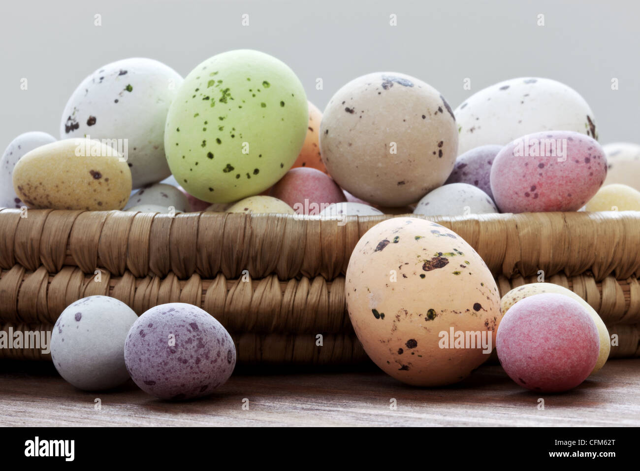 Still Life photo de bonbons au chocolat couverte mouchetée oeufs de Pâques dans un panier en osier sur Photo Stock
