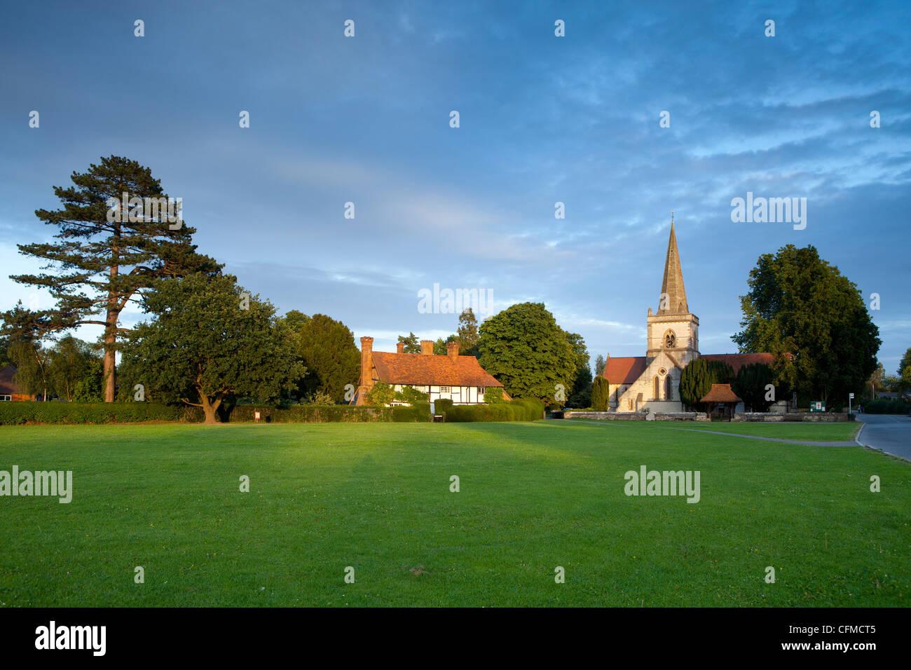 Village Green et de l'église, Headley, collines du Surrey, Surrey, Angleterre, Royaume-Uni, Europe Banque D'Images