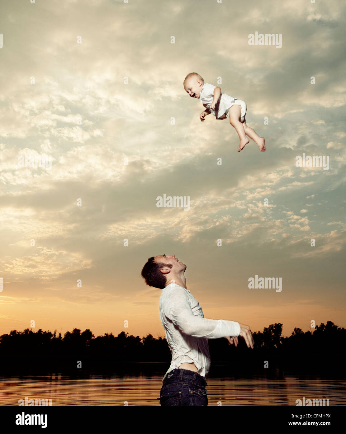 États-unis, Texas, Dallas, Père Fils bébé jetant jusqu'à l'air Photo Stock