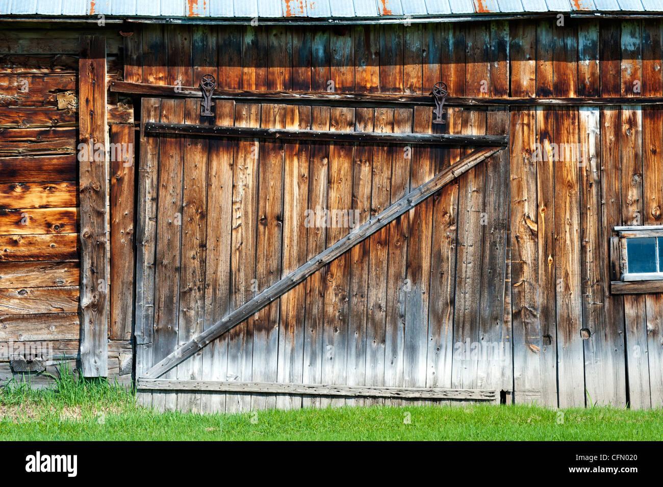 Porte Grange Coulissante Bois porte coulissante d'une vieille grange en bois patiné, port