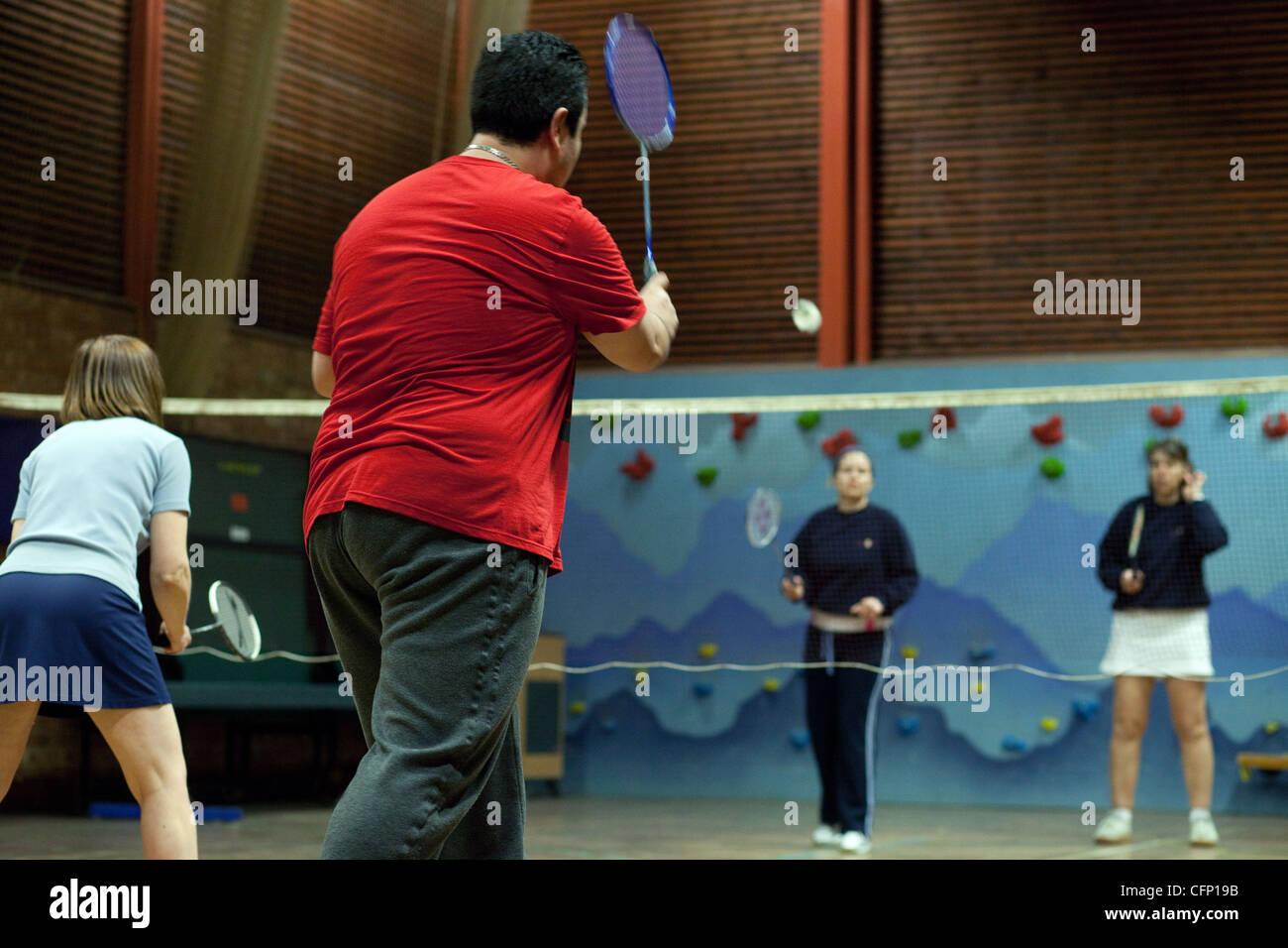 Personnes jouant un jeu de badminton de doubles, Newmarket Suffolk UK Photo Stock
