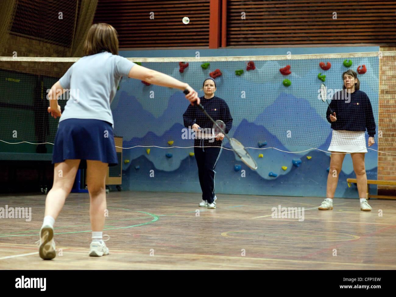 Trois femmes jouant un jeu de badminton, Newmarket Suffolk UK Photo Stock