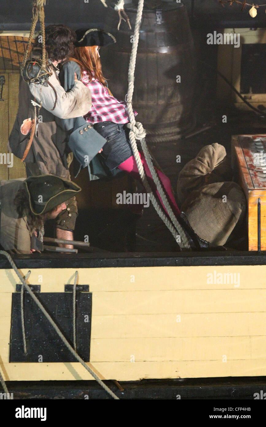 Karen Gillan balançoires sur une corde lors d'une scène de combat sur le tournage de 'Dr qui' Photo Stock