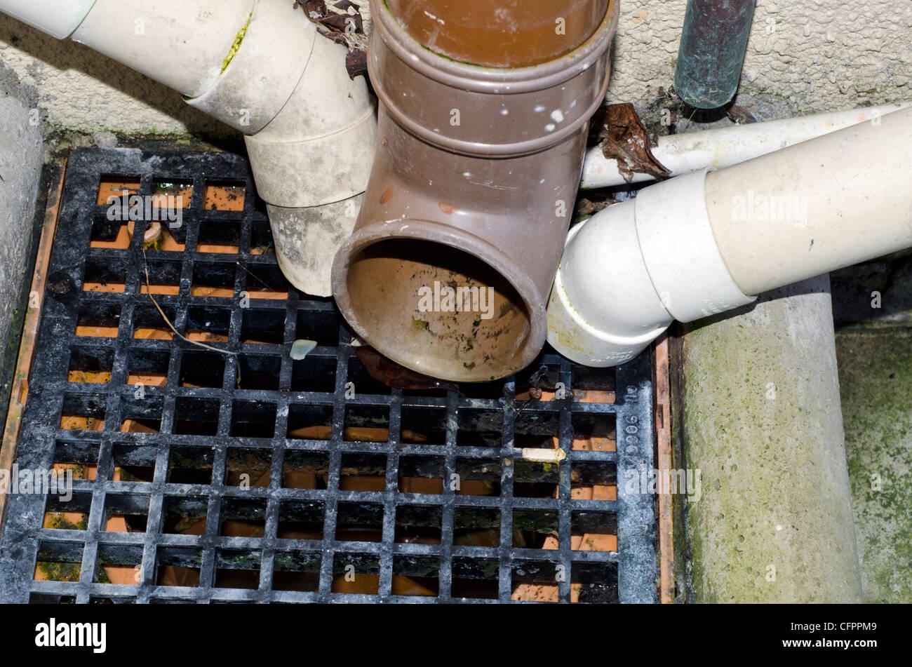 Piscine en plein air avec des tuyaux de vidange qui s'y jettent. Photo Stock