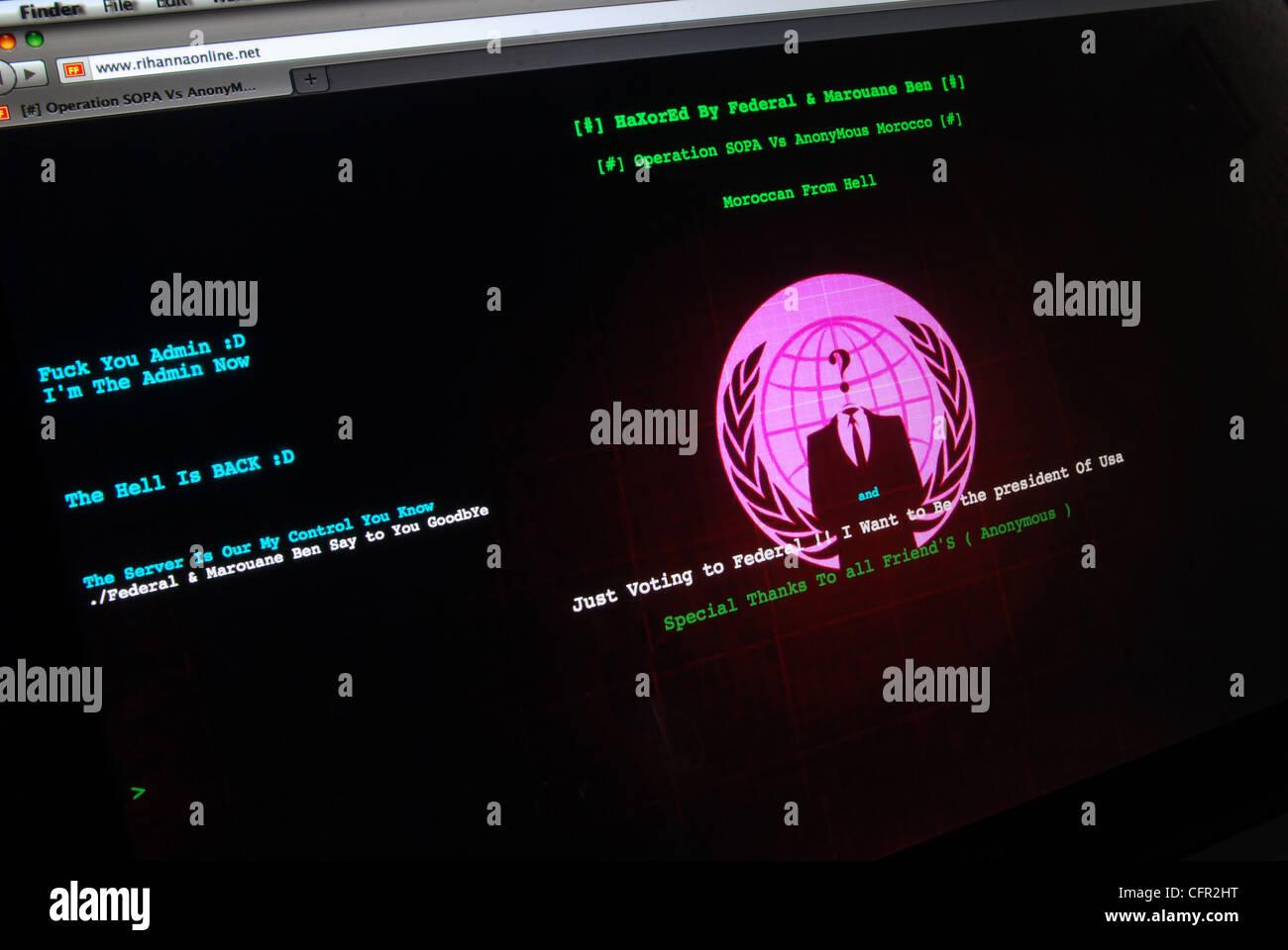 Page d'accueil du site web piraté l'affichage dans le monde message du groupe de hackers Anonymous. Photo Stock