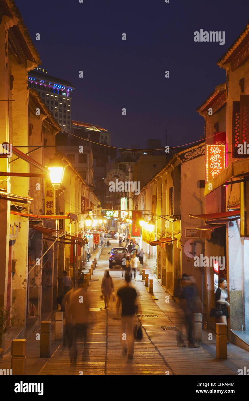 Les gens qui marchent le long de la Rua da Felicidade au crépuscule, Macao, Chine, Asie Photo Stock