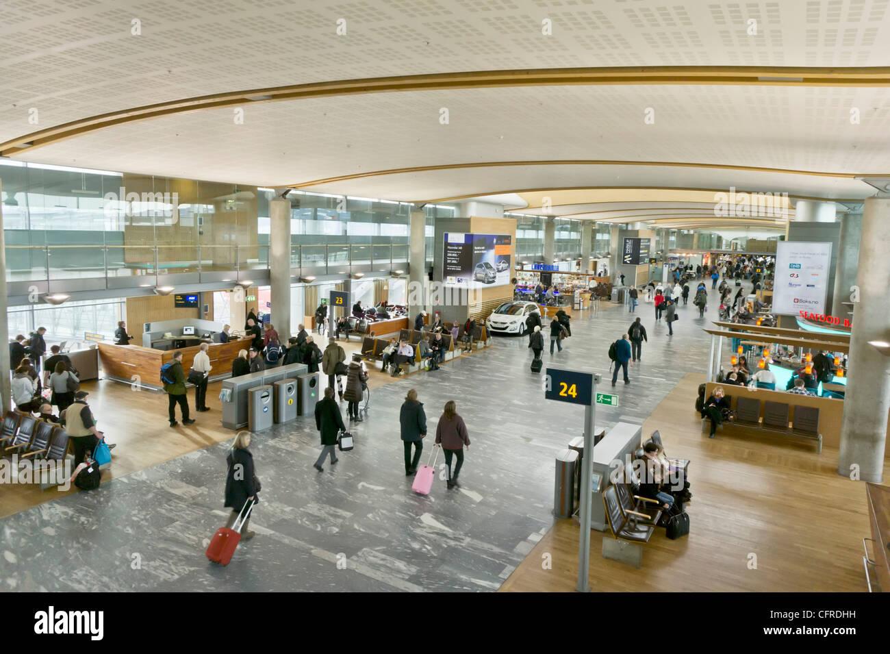 Les passagers marche à travers departure lounge hall à l'aéroport d'Oslo Norvège Europe Photo Stock