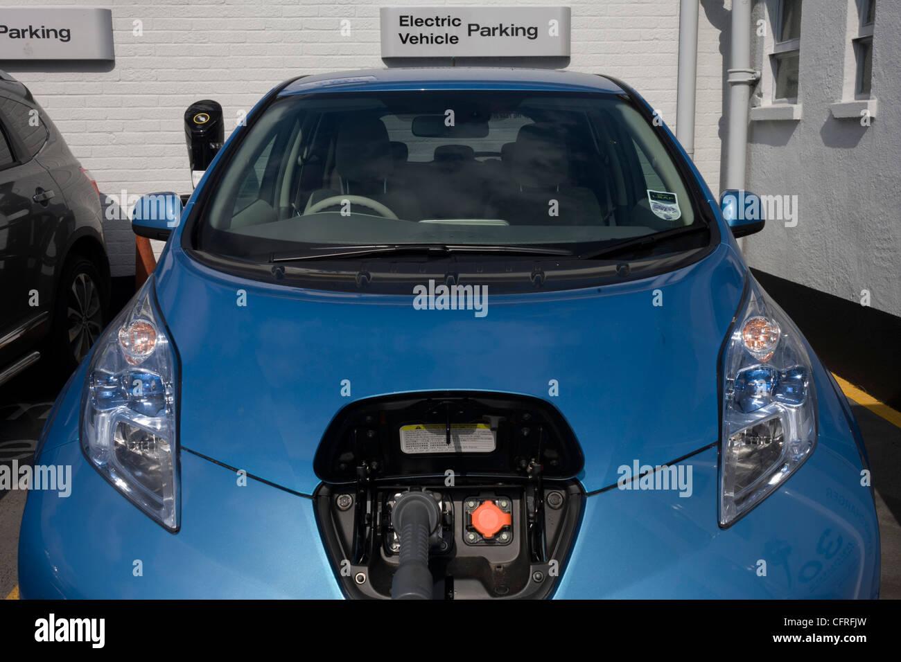 La charge rapide d'une voiture électrique Nissan LEAF à un point de recharge électrique offrant Photo Stock