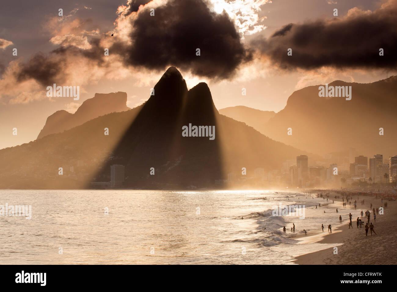 Les plages d'Ipanema et Leblon au coucher de Rio de Janeiro Brésil destination de voyage Photo Stock