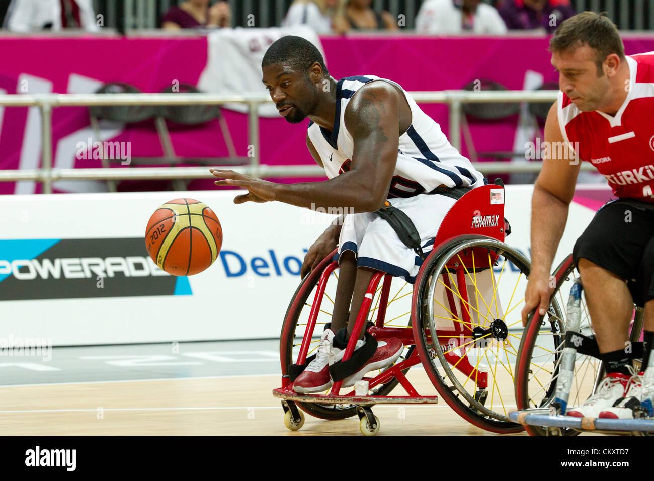 USA's Matt Scott dribbles cour vers le bas contre la Turquie (rouge)dans un match de basketball en fauteuil Photo Stock