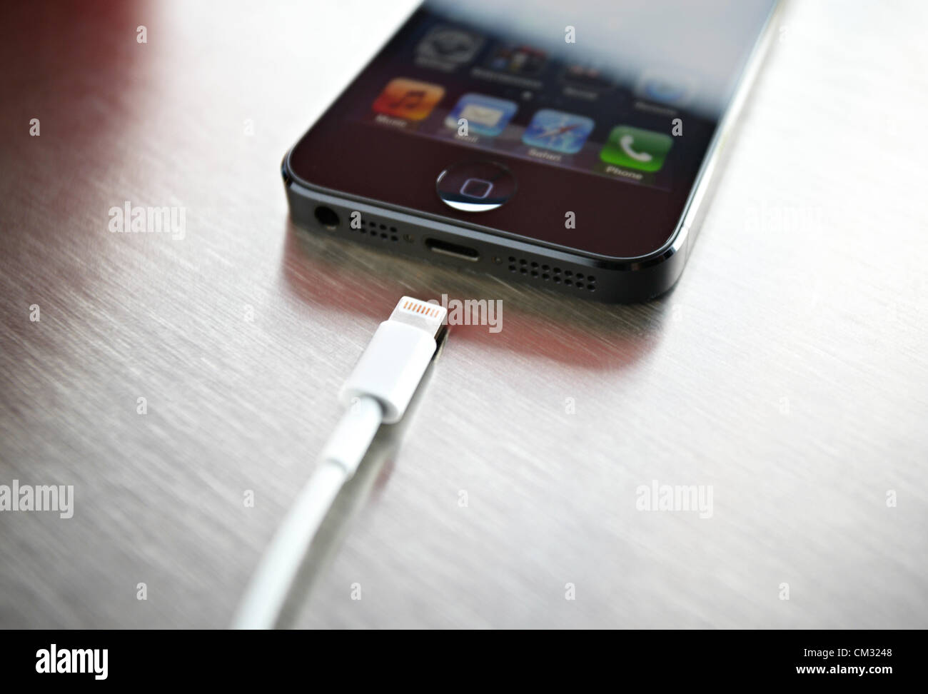À l'intérieur d'un café, d'une nouvelle, noir, Apple iPhone 5 se trouve face vers le Photo Stock