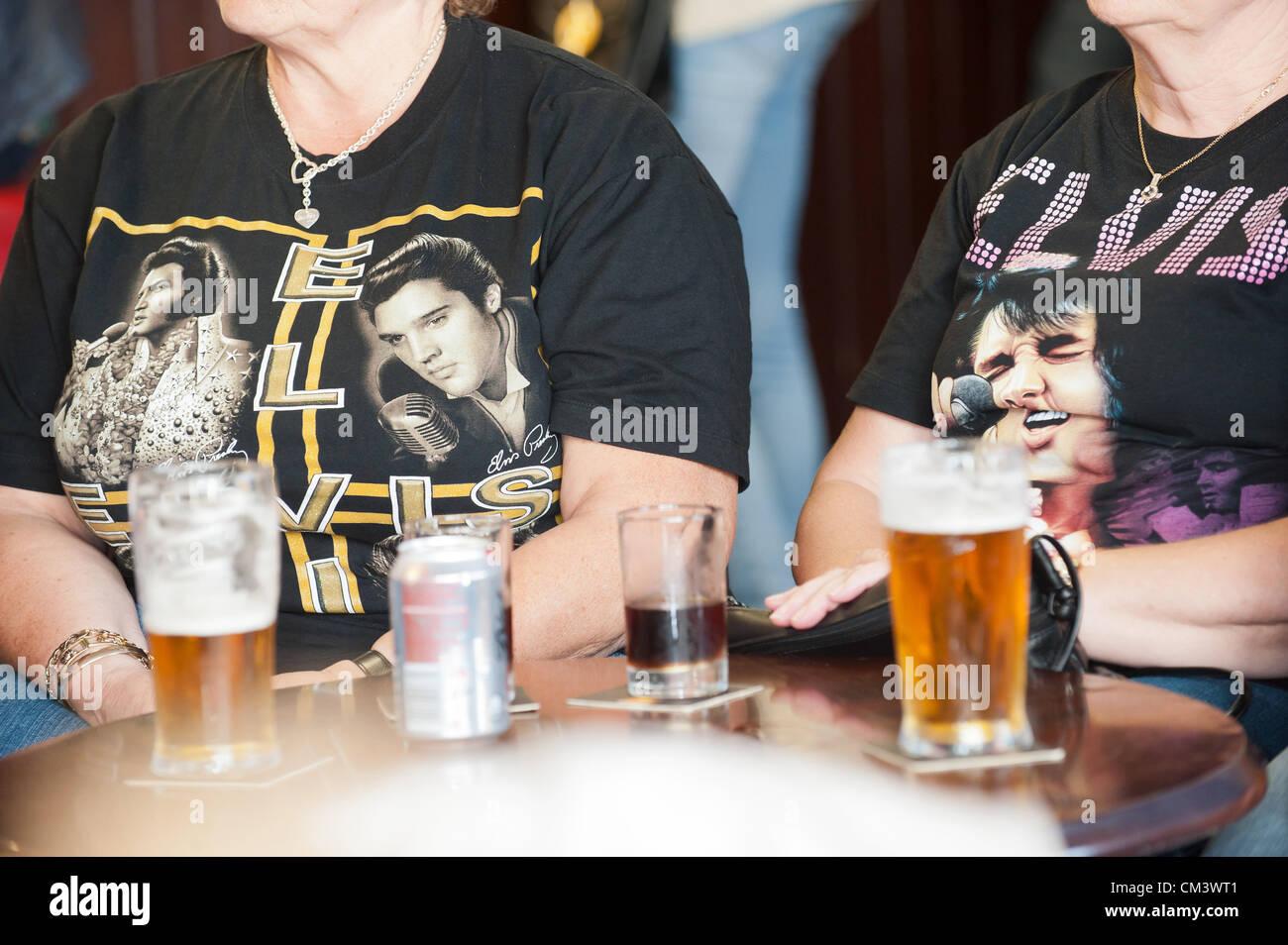 28 septembre 2012. Porthcawl, UK. Fans vêtus de T-Shirts Elvis regarder une loi sur l'Hommage à la Photo Stock