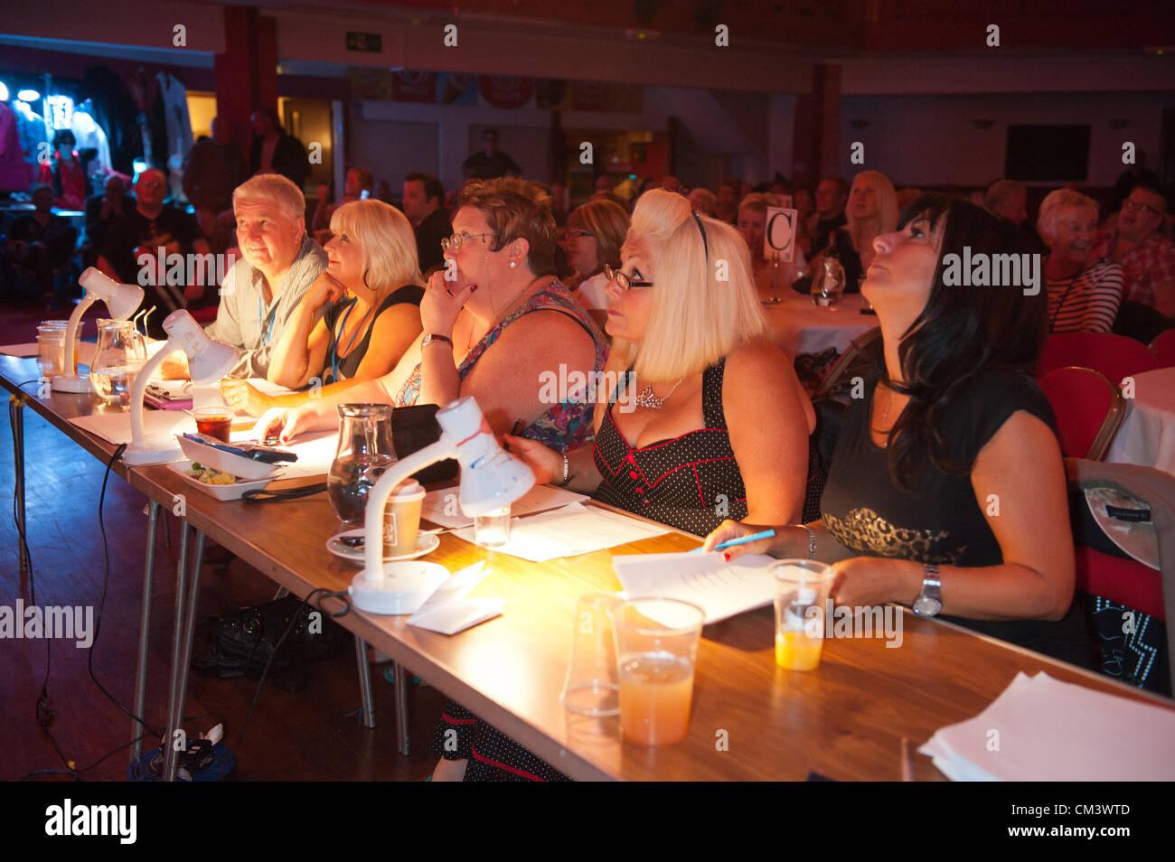 28 septembre 2012. Porthcawl, UK. Regardez les juges les chaleurs de début le meilleur concours Elvis au Grand Photo Stock