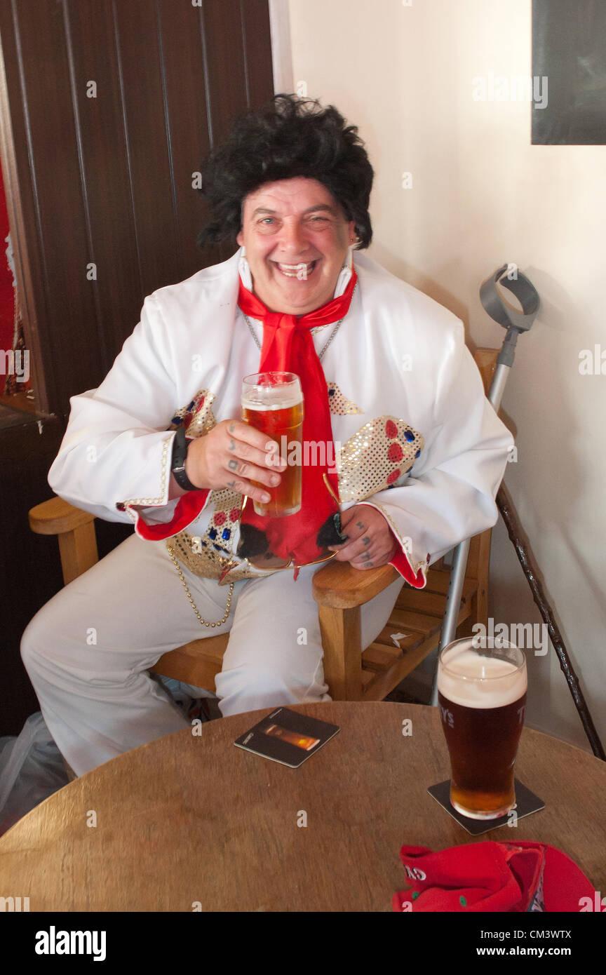 28 septembre 2012. Porthcawl, UK. Un ventilateur se détend avec une bière dans un coin de la cabine Bar, Photo Stock