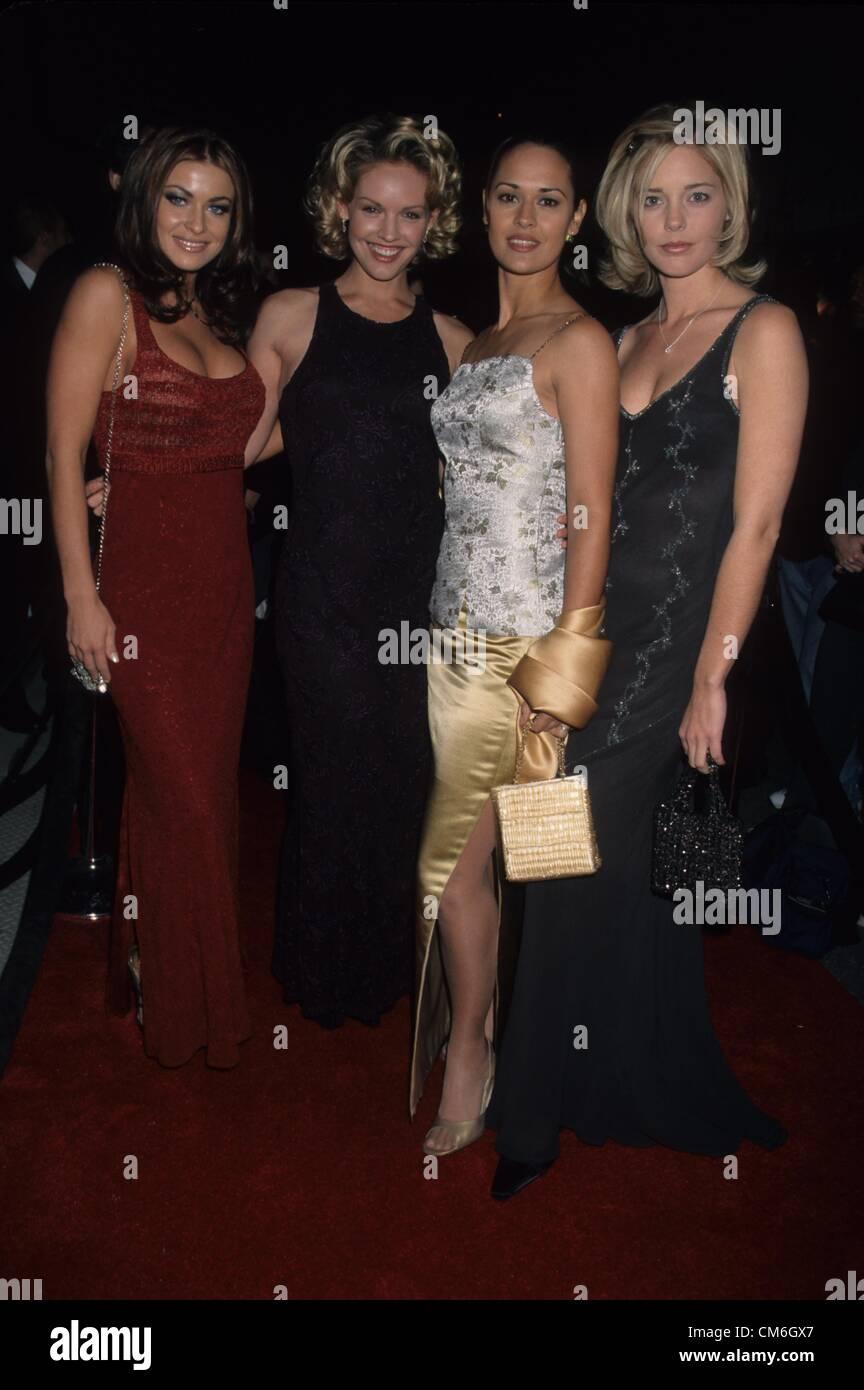 CARMEN ELECTRA avec Cassidy Rae , Sydney Penny et Christina  Moore.K14454lr.WB press tour party IL Fornaio restaurant 1999.
