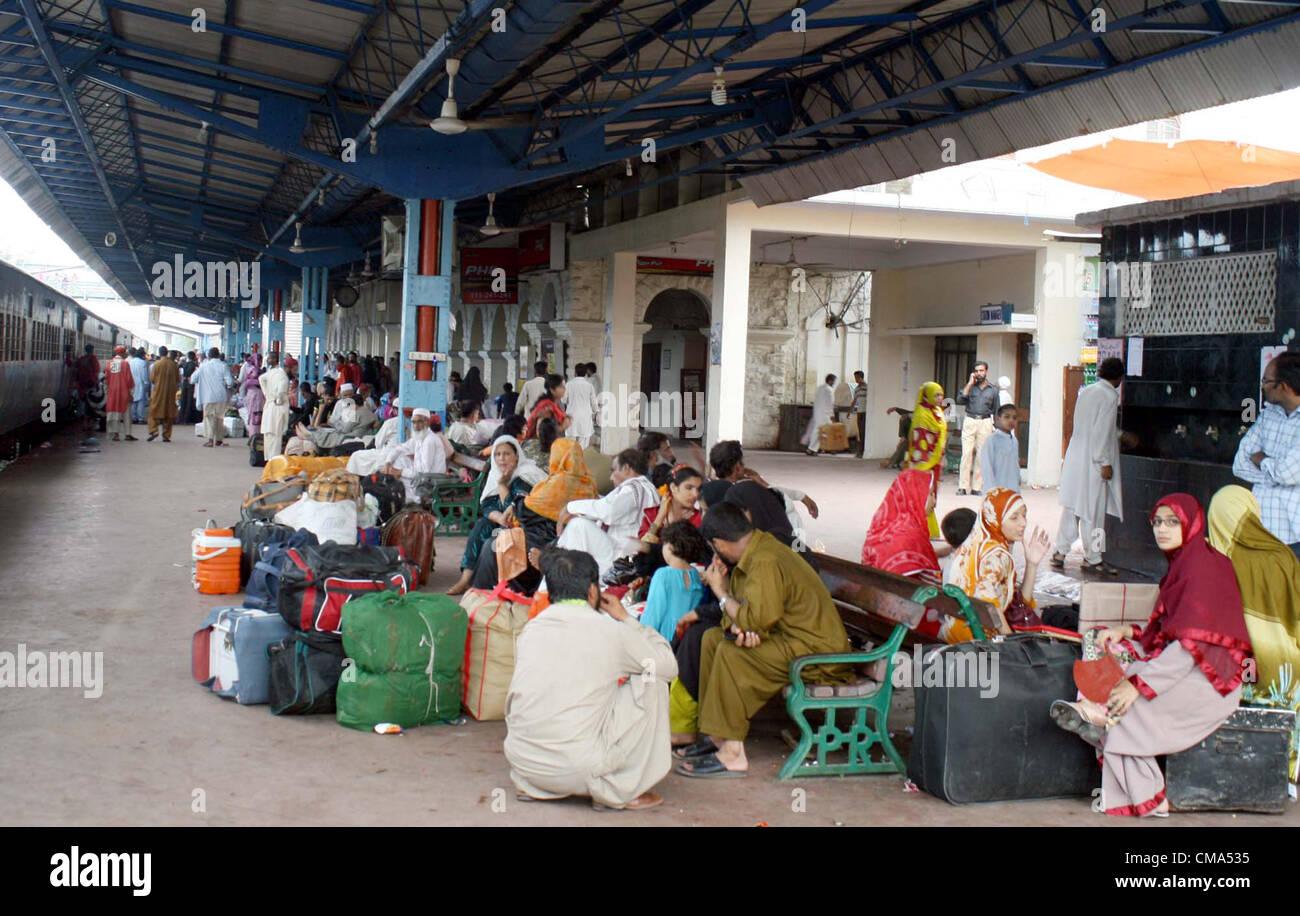Les familles, y compris les femmes et les enfants en attente à la plate-forme de Karachi Station Cantt comme les trains continuent de fonctionner fin causant d'immenses nuisance pour eux. De nombreuses personnes ont protesté en raison de la situation à la gare de Karachi le lundi, Juillet 02, 2012. Banque D'Images