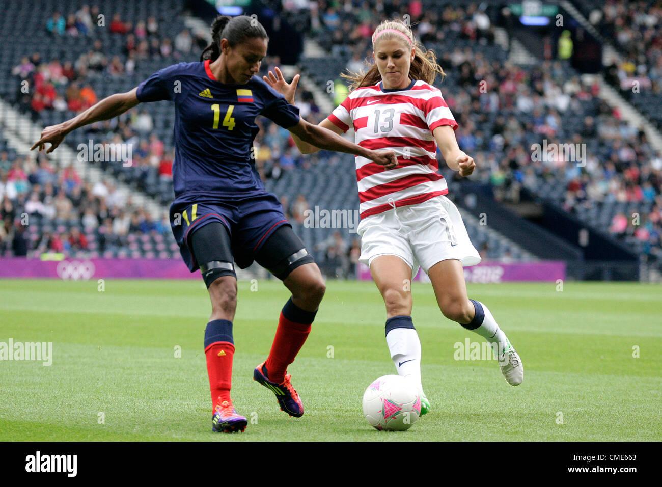 28.07.2012 Glasgow, Écosse. 13 Alex Morgan et Kelis 14 Peduzine en action pendant les Jeux Olympiques de Football Photo Stock