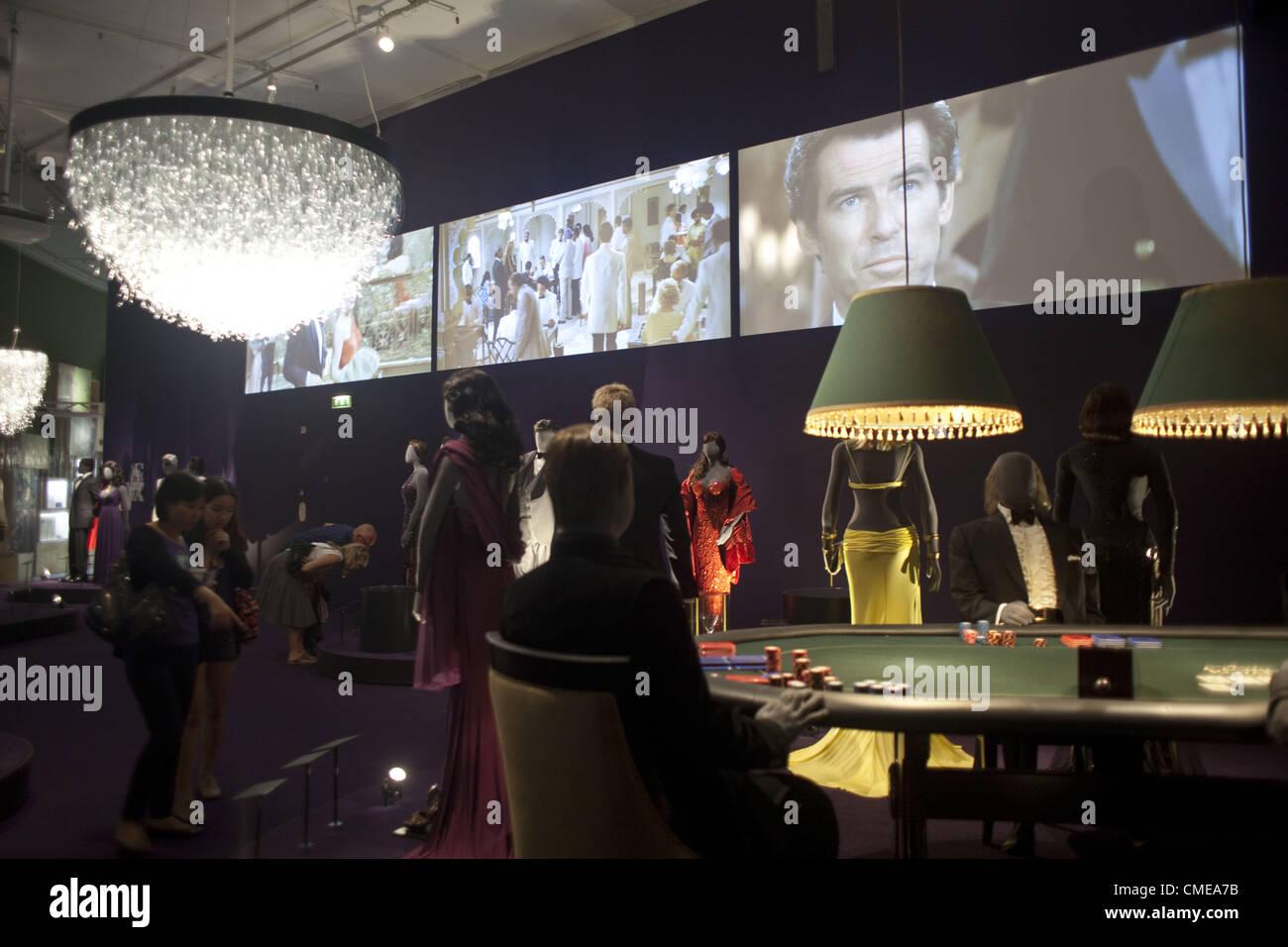 7be6899719c84d Juillet 27, 2012 - Londres, Royaume-Uni - Conception 007 - Cinquante ans de  Bond Style.il casino salle affiche Bond tenues faites par des designers  célèbres ...