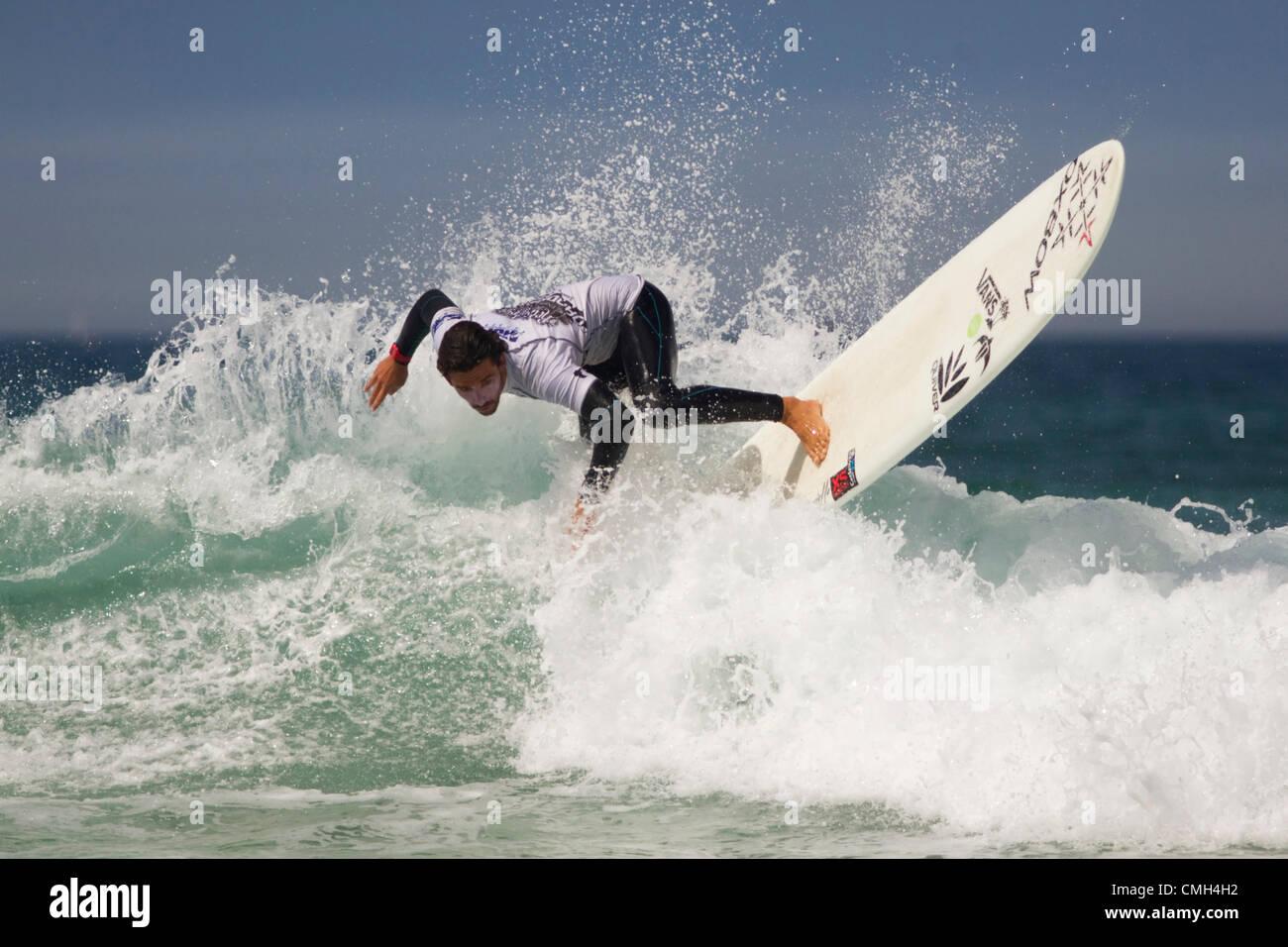Surfer en compétition 2012 Boardmasters implacable Banque D'Images