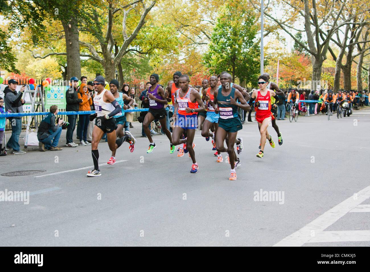 New York, USA. 3 novembre 2013. Men's groupe de tête de coureurs presque mille 12 d'ING New York City Marathon, Banque D'Images