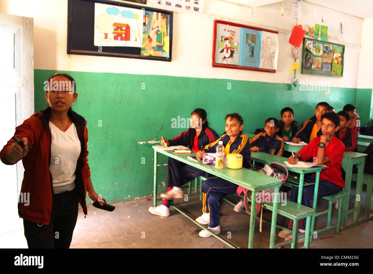 Lijuan Wu enseigne de la Chine à la septième année de l'École préparatoire d'Anglais Photo Stock