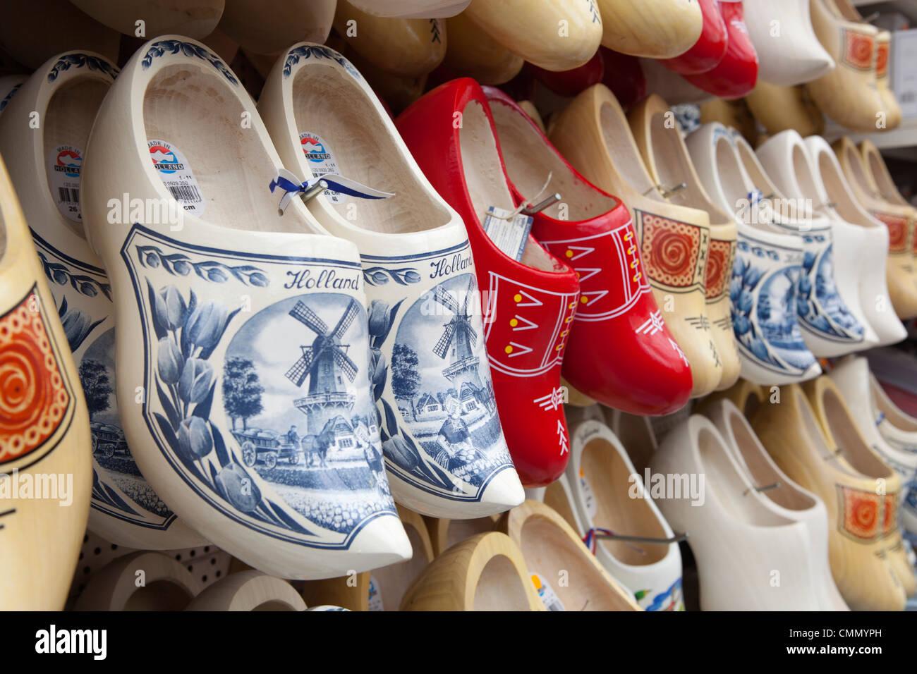 Sabots néerlandais en bois dans une boutique de souvenirs, Amsterdam, Hollande du Nord, Pays-Bas, Europe Photo Stock