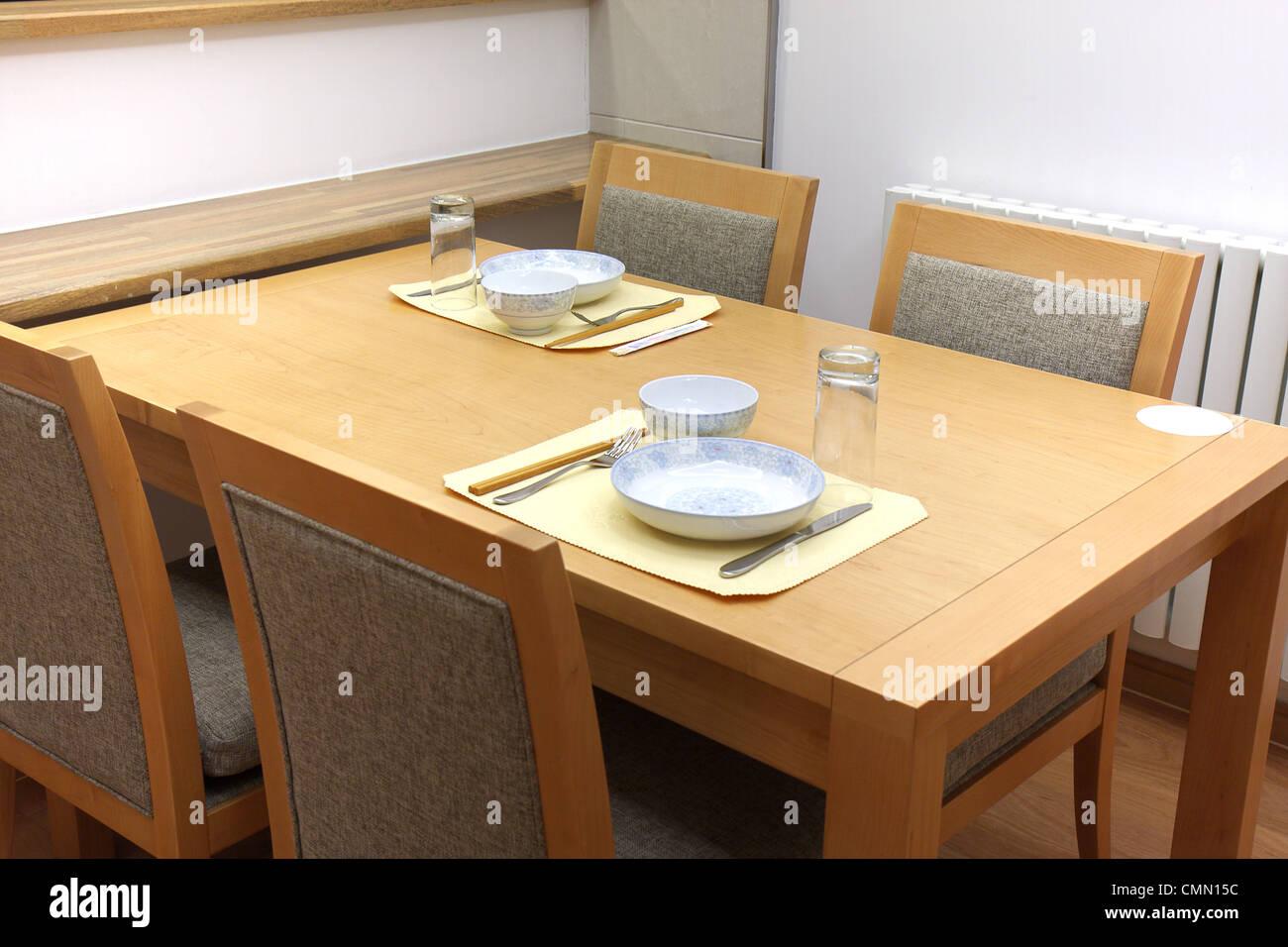 Meubles de salle à manger en bois de style oriental avec des ustensiles. Photo Stock