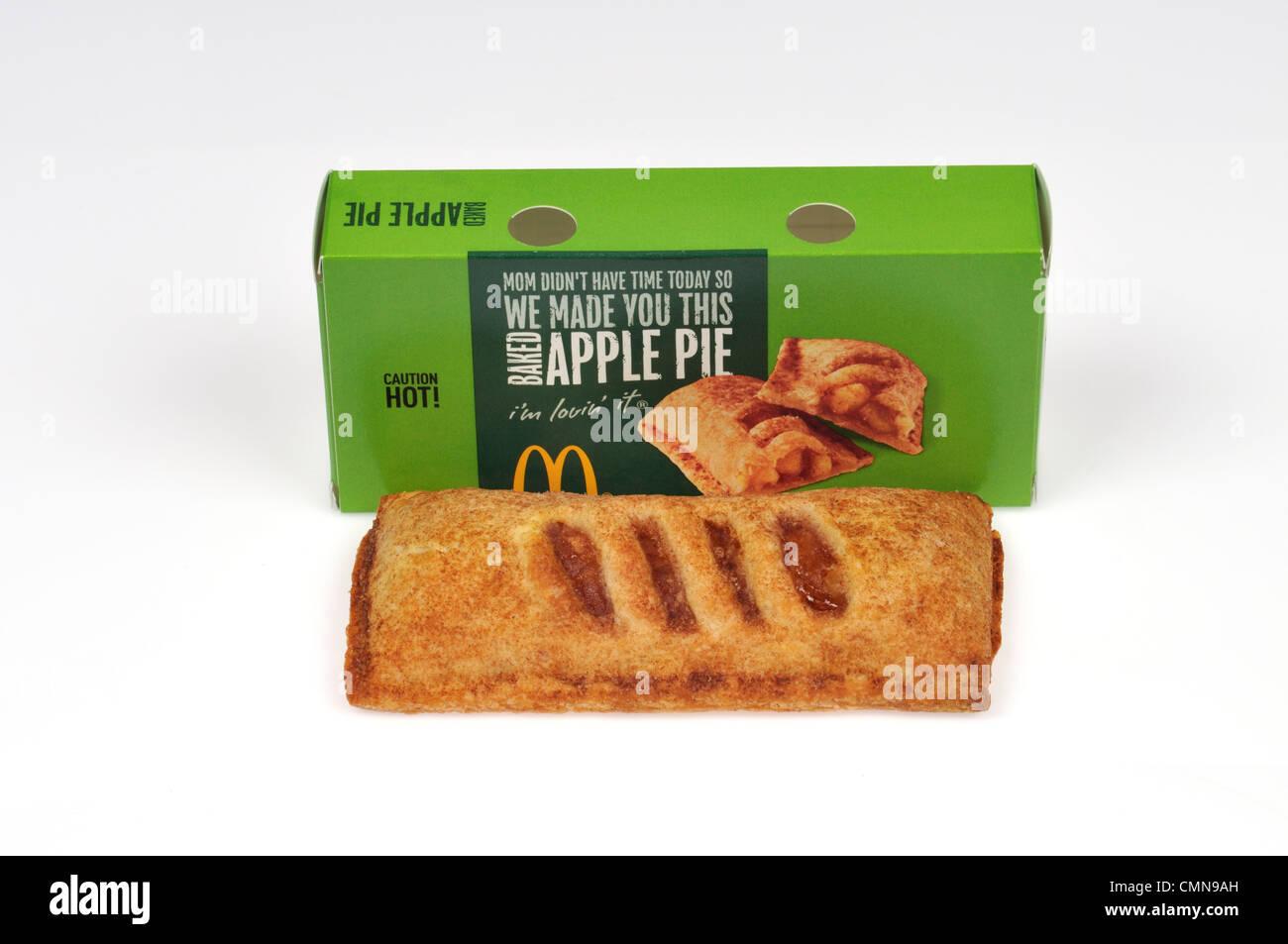 Tarte aux pommes chaude McDonald's en face de l'emballage sur fond blanc découper des USA. Photo Stock