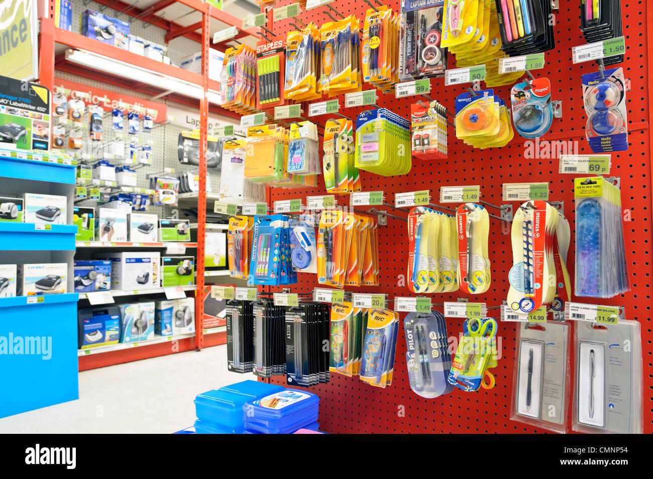 Des stylos, de la papeterie et fournitures de bureau à vendre dans un magasin Staples à Kidderminster, Photo Stock