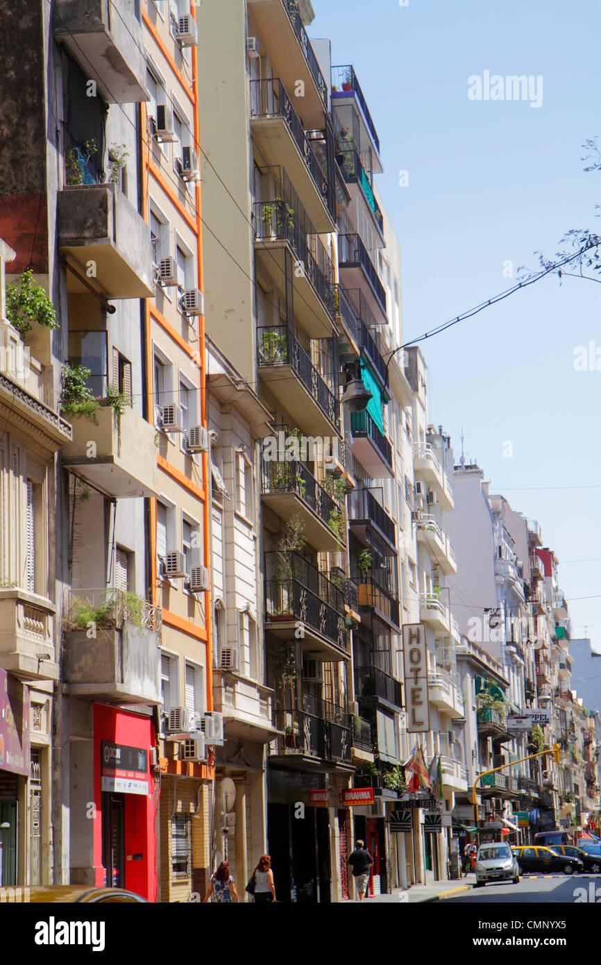Argentine Buenos Aires Avenida Montevideo Scène de rue urbaine du quartier d'immeubles de logements mixtes Photo Stock