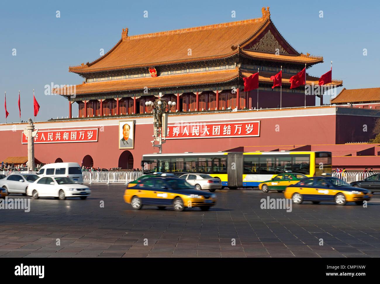 La densité du trafic passant par theTiananmen ou porte porte de la paix céleste, la place Tiananmen, Pékin, Photo Stock