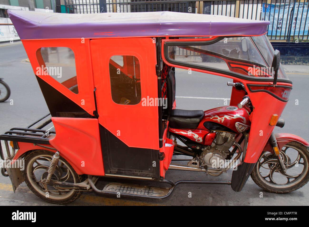 Lima Pérou Barranco District Calle Miguel Grau Scène de rue d'autres moyens de transport taxi moto Photo Stock