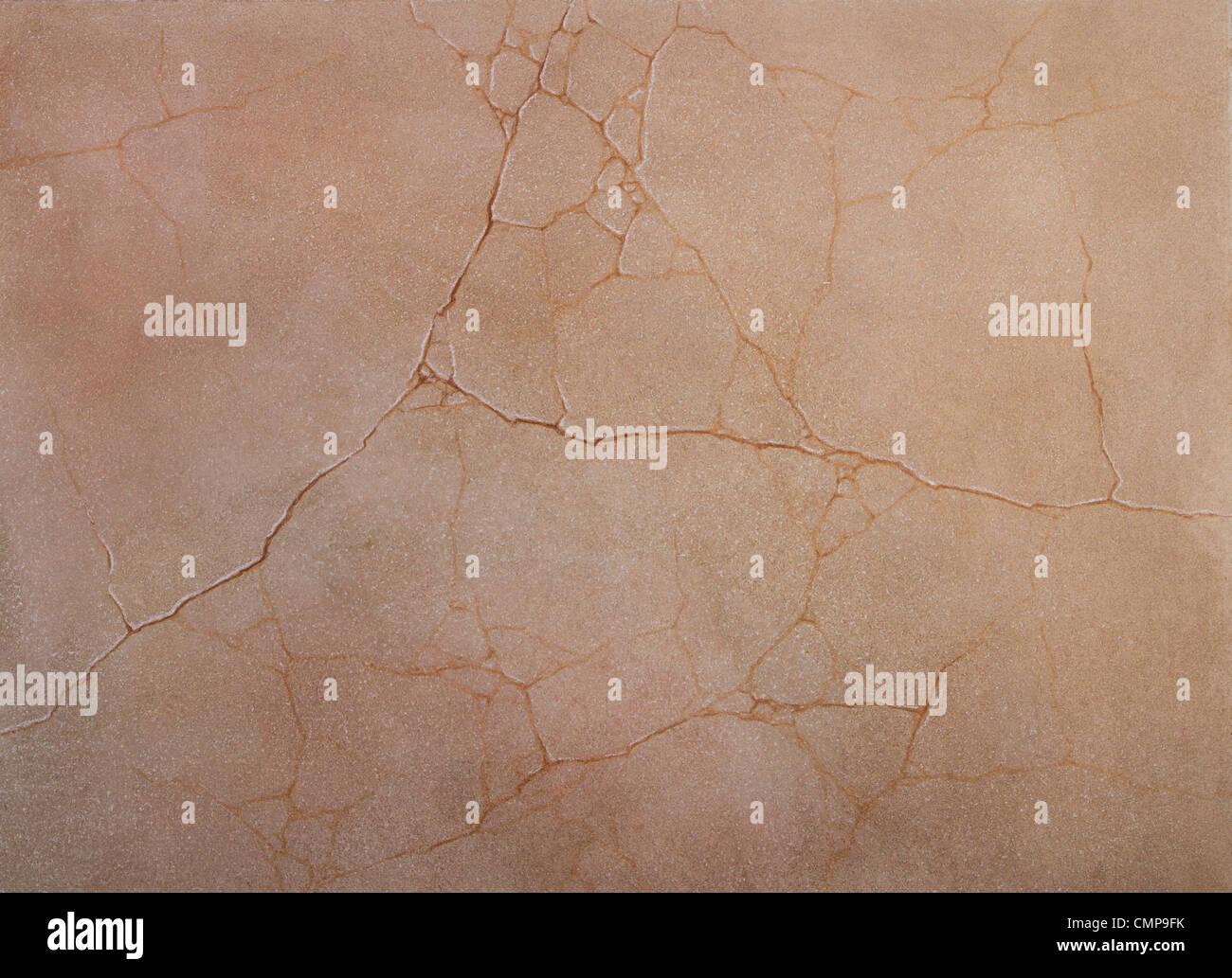 La texture grossière des murs lézardés de ciment recouvert de peinture rose Banque D'Images