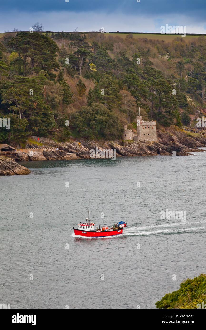 Un petit bateau de pêche passe Kingswear Castle qui garde l'entrée de la rivière Dart, Devon, Photo Stock