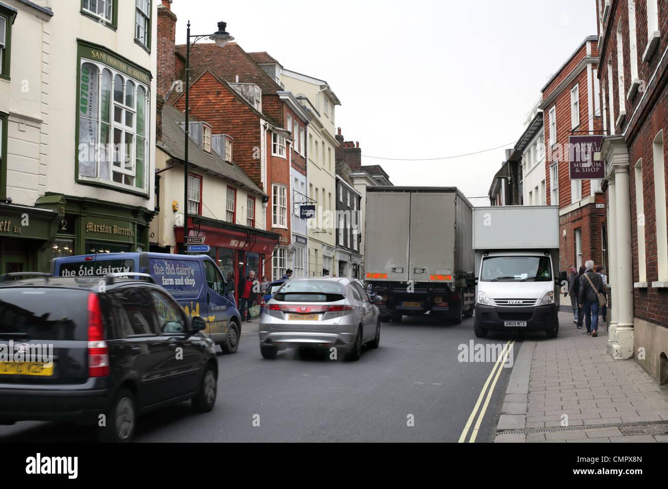 Un van durs sur la chaussée dans le centre-ville encombré de Lewes, Photo Stock