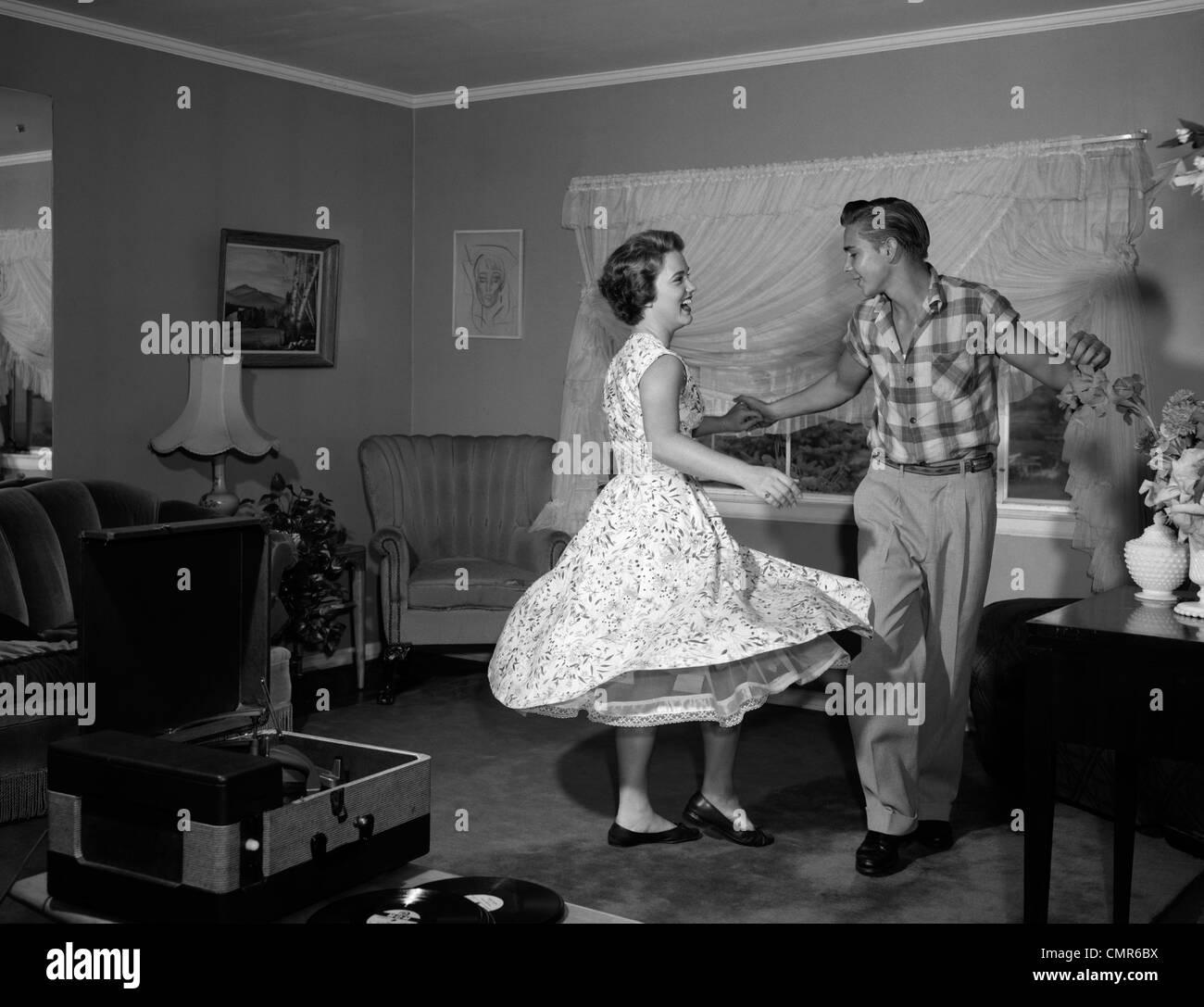 Années 1950 Années 1960 TEEN COUPLE DANCING JITTERBUG DANS LA SALLE DE  SÉJOUR Photo Stock - Alamy