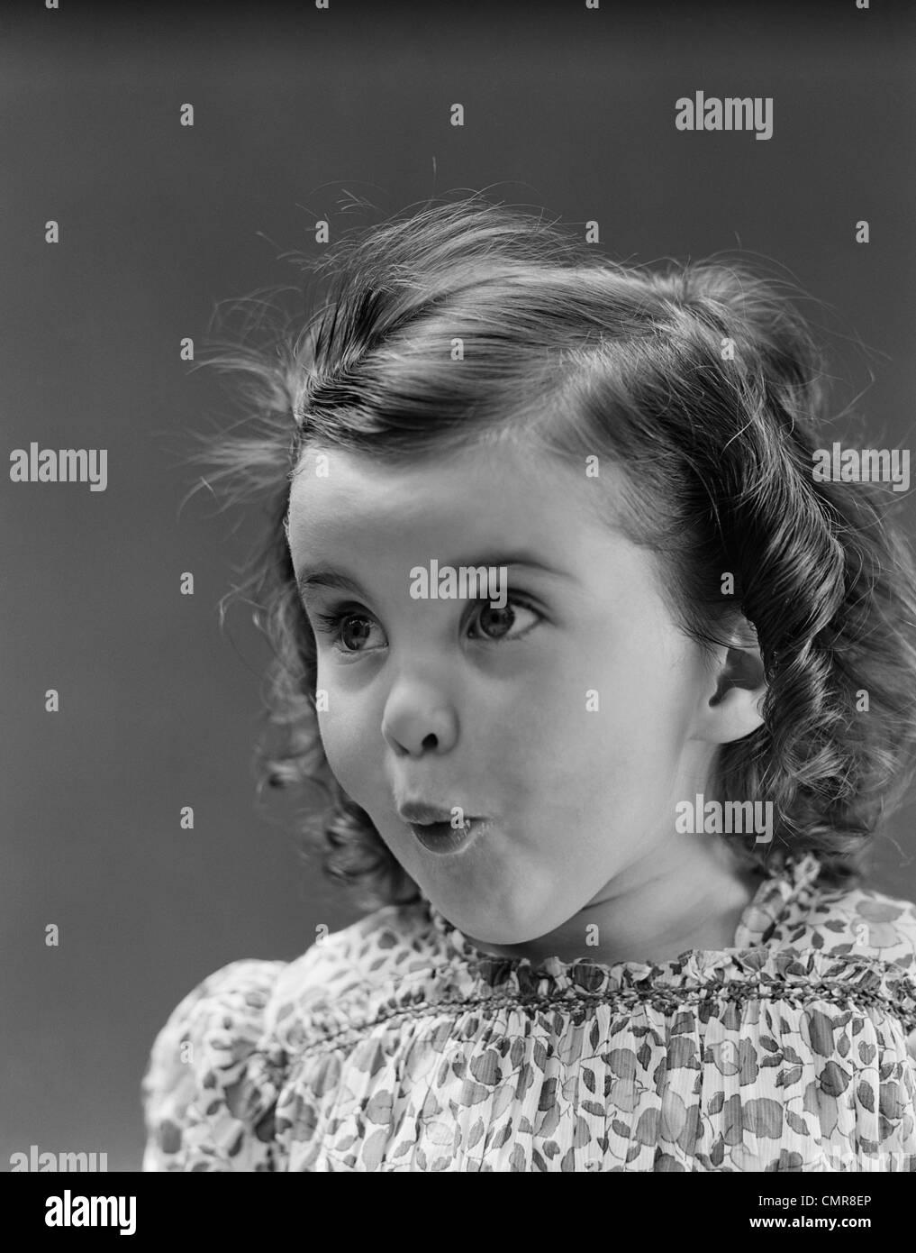 1930 PORTRAIT PETITE FILLE BRUNE AVEC L'expression du visage étonné surpris Banque D'Images