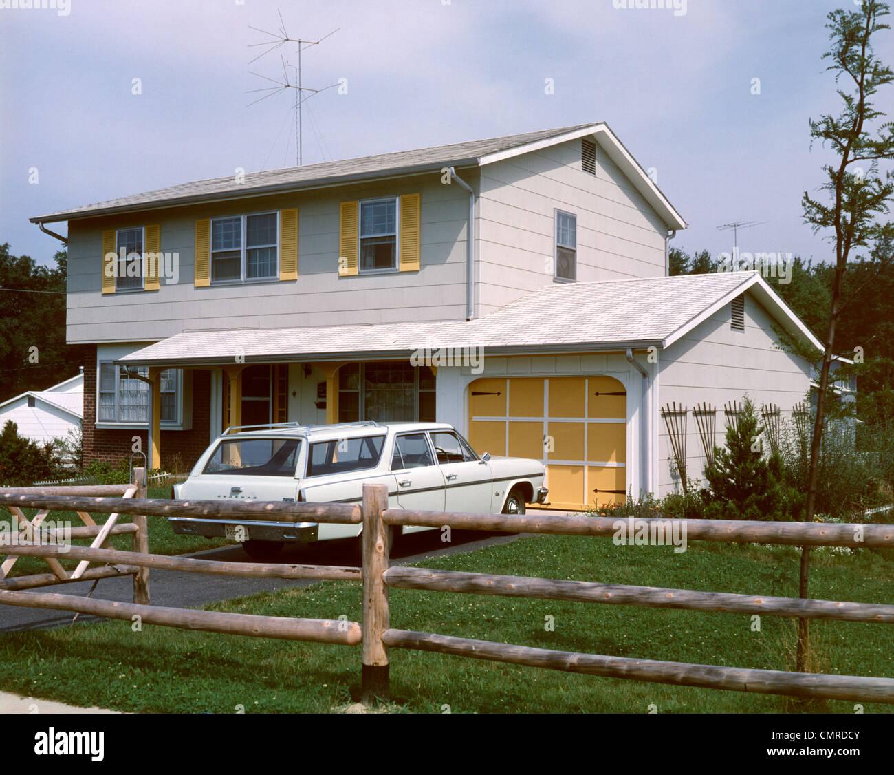 Années 1960 Années 1970 SUBURBAN HOME DEUX ÉTAGES AVEC EN ENTRÉE DE STATION WAGON Photo Stock
