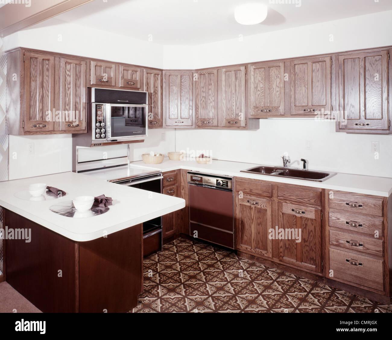 des ann es 70 cuisine avec armoires en bois fonc et un four micro ondes au dessus de la. Black Bedroom Furniture Sets. Home Design Ideas