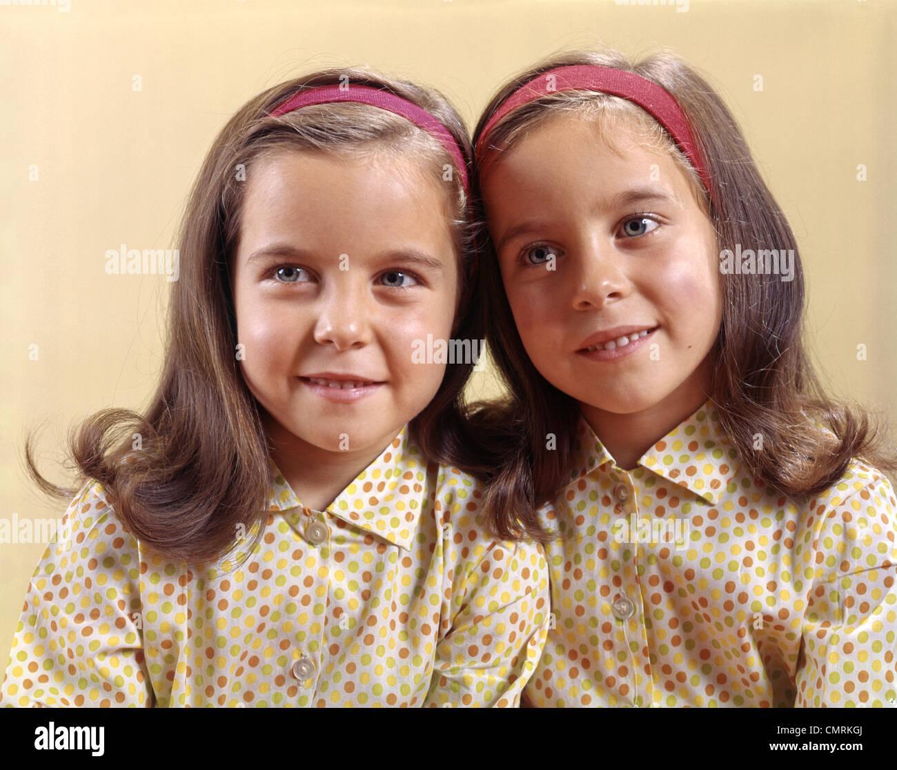 1970 1970 soeurs jumelles SOURIRE POLKA DOT Photo Stock