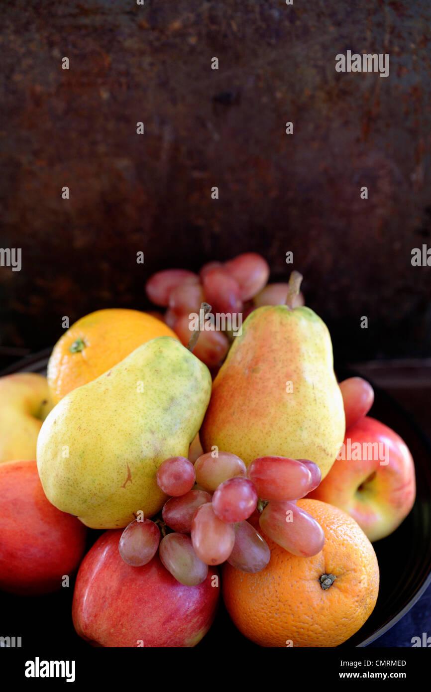Les poires fraîches, les oranges, les pommes et les raisins Banque D'Images