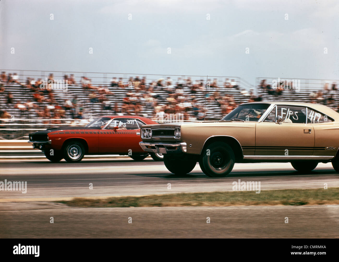1970 1970 2 VOITURES DRAG RACING COURSE AUTOMOBILE COMPÉTITION VITESSE TRIBUNE BROWNSVILLE INDIANA RACEWAY Photo Stock