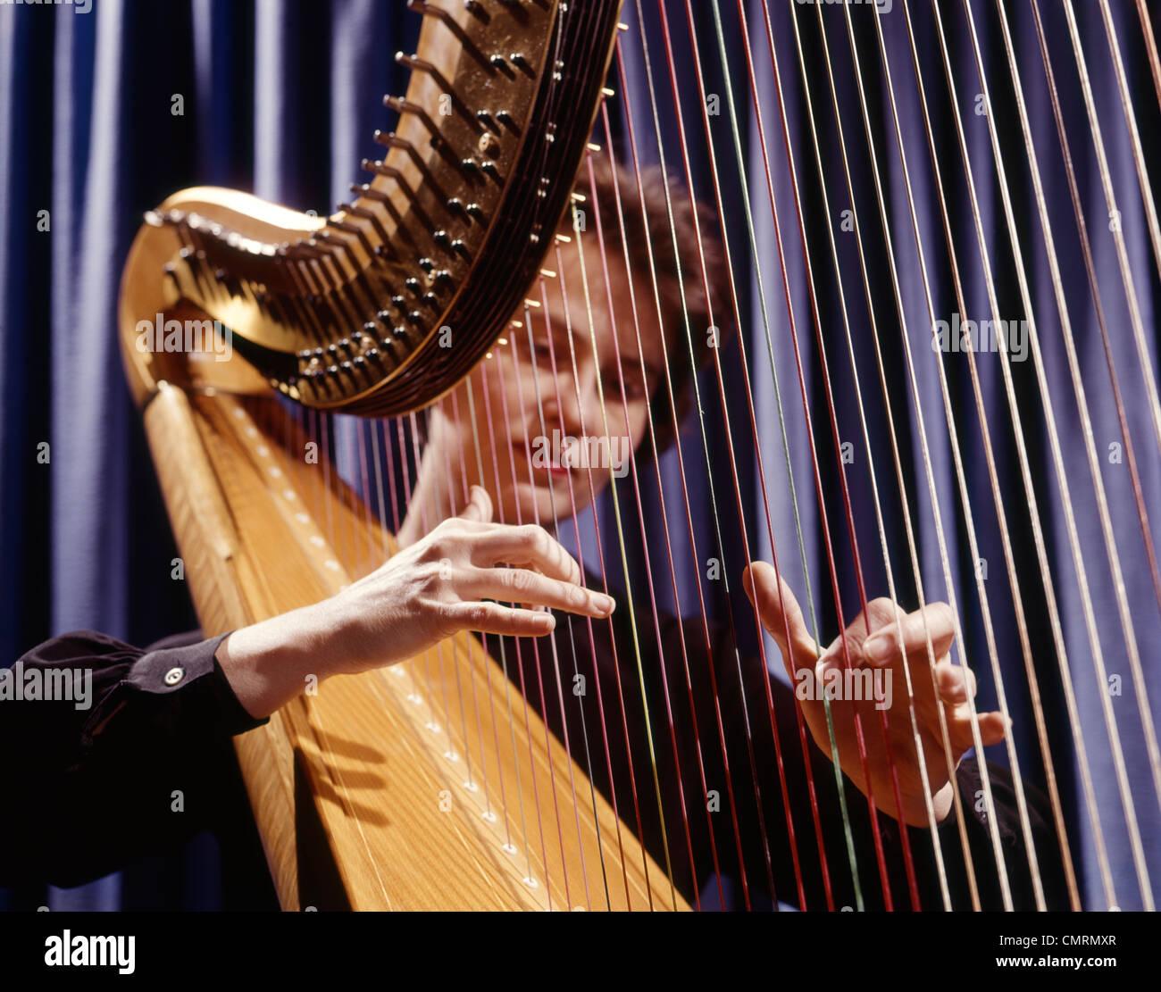1960 1960 RETRO femme jouant de la harpe Cordes épaisses Photo Stock