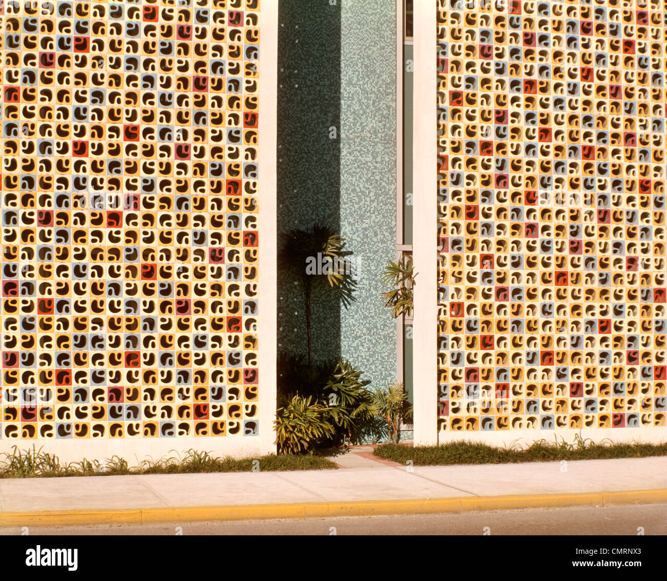 1960 1960 L'ARCHITECTURE MODERNE DE L'édifice, Orlando FL colorés de PALAIS DE BRIQUE CIMENT CARREAUX Photo Stock