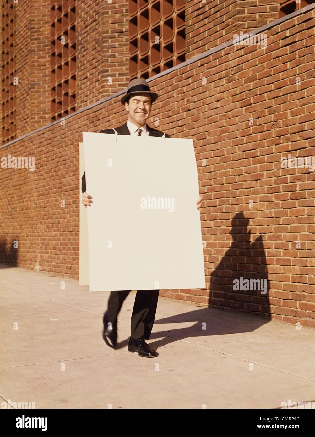 MAN WALKING PANNEAU HAT RETRO 1950 1950 Photo Stock