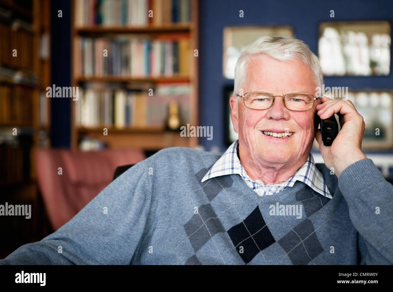 Un homme âgé à parler au téléphone Banque D'Images